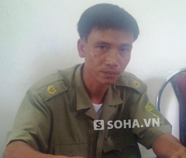 Ông Trần Đức Vụ, phó Trưởng Công an xã Hòa Phú (Ứng Hòa - Hà Nội) trao đổi với PV
