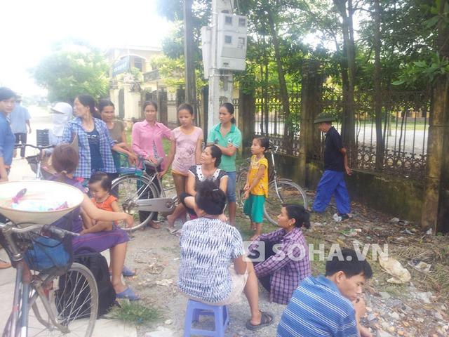 Người dân thôn Đặng Giang vẫn xôn xao chuyện cháu bé bị ném xuống ao ngày 1/8 vừa qua tại nhà ông Dân