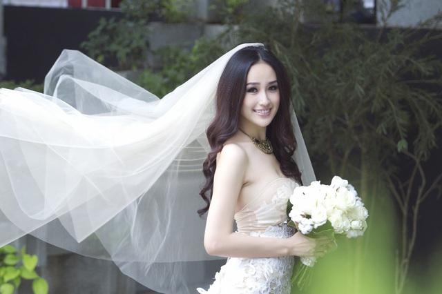 'Bỏng mắt' với cô dâu sexy Mai Phương Thúy