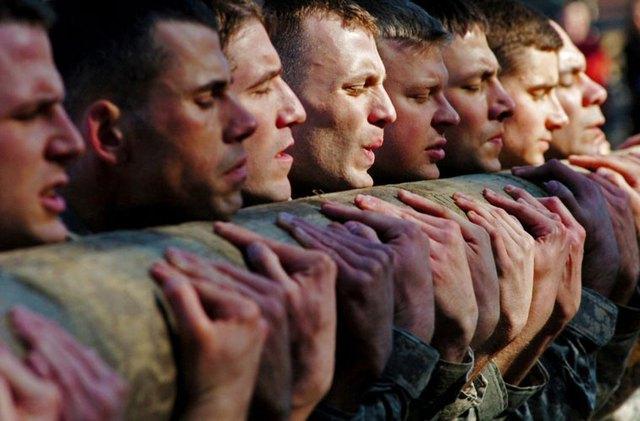 Những người lính đặc nhiệm Mũ nồi xanh trong bài huấn luyện thể chất.