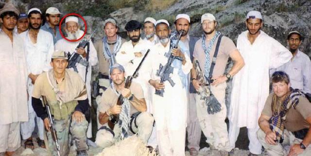 Một nhóm Mũ nồi xanh sau khi xây dựng thành công liên minh với 1 bộ lạc Pashtun. Người đàn ông trong vòng tròn là tộc trưởng.