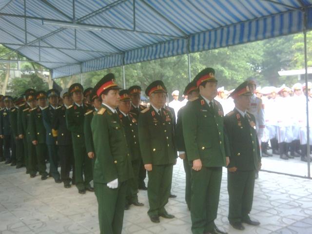 Bộ trưởng Quốc phòng Phùng Quang Thanh dẫn đầu đoàn viếng. Ảnh Tuấn Nam.