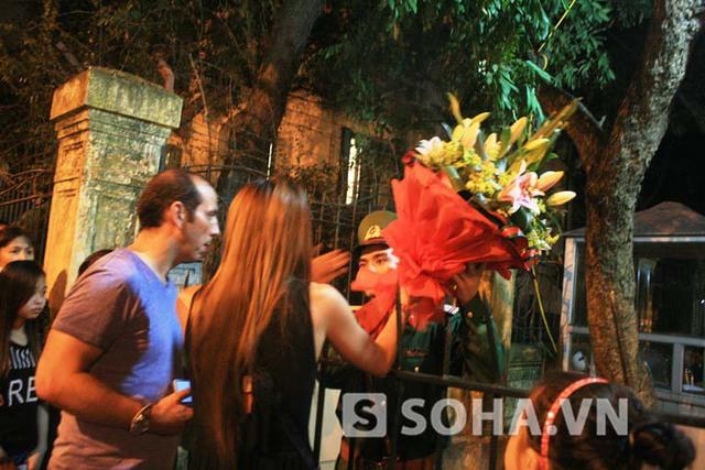 Có cả những người nước ngoài mang hoa tới nhờ lực lượng cảnh vệ đặt viếng vong linh Đại tướng.