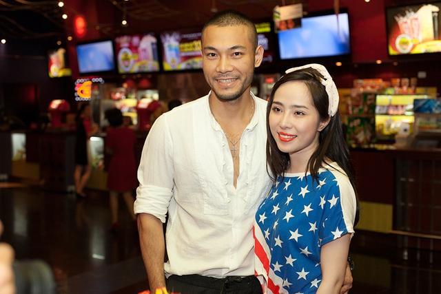 Trong buổi họp báo ra mắt phim World war Z tối qua, Quỳnh Nga và người mẫu Dzoãn Tuấn bị bắt gặp sánh bước cùng nhau đi xem phim.