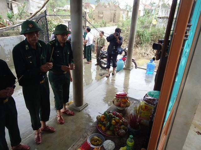 Lực lượng Biên phòng Quảng Bình đến thắp hương, động viên chị Hường vượt qua nỗi đau quá lớn này…