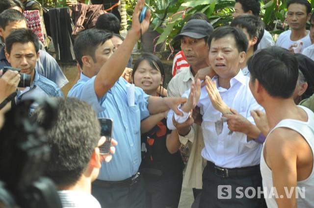 Anh Nguyễn Thanh Chấn (áo sơ mi trắng) rơi nước mắt khi trở lại thăm nhà
