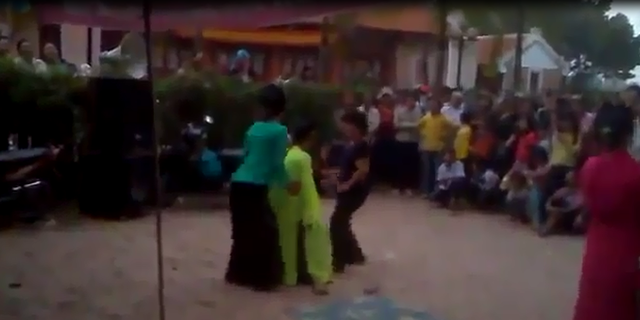 Sốc vì các cô gái mặc áo quan họ nhảy uốn éo tại hội làng