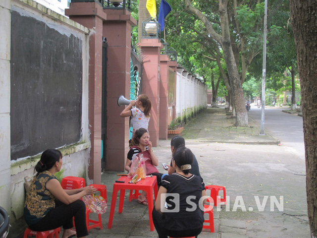 Người dân tụ tập tại cổng Trường THPT Dân lập Phương Nam