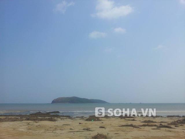 Bãi biển ở khu vực Vũng Chùa - Đảo Yến còn khá hoang sơ
