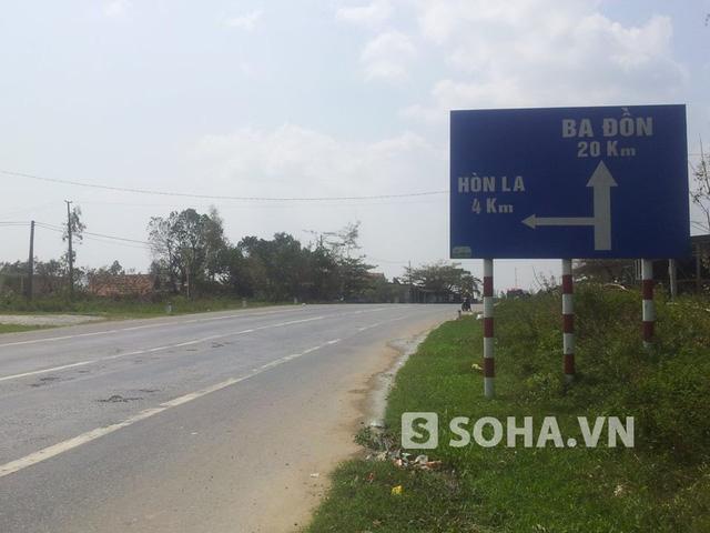Lối rẽ vào Vũng Chùa - Đảo Yến cùng hướng ra Hòn La (tính từ Hà Nội - TP. HCM)