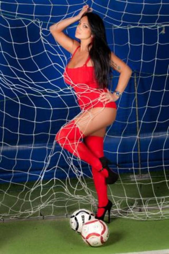 Fan nữ siêu vòng 1 cởi đồ tăng hưng phấn cho Higuain