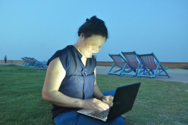 Chị Phạm T. H theo dõi những thông tin trái chiều về việc có nên hợp thức hoá mại dâm hay không