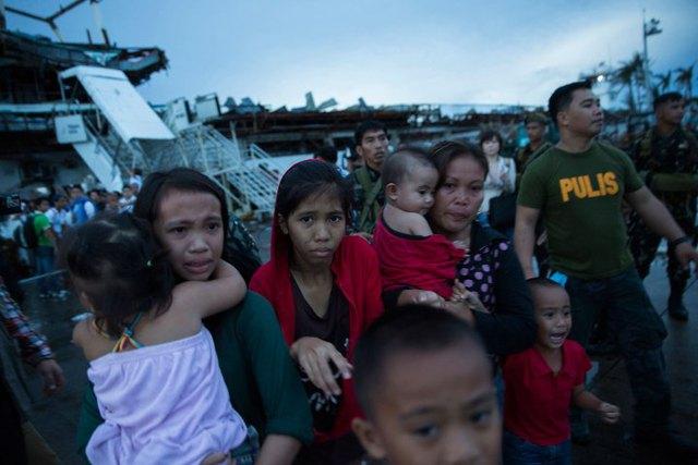 Người dân Philippines tại những vùng bị ảnh hưởng đang tuyệt vọng vì thiếu thốn, khổ cực