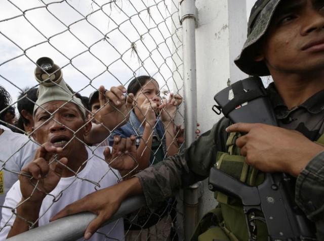 Người dân Tacloban kéo tới sân bay, tuyệt vọng chờ đợi sự giúp đỡ của chính phủ.