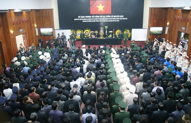 Hàng nghìn người đứng chật kín hội trường UBND tỉnh Quảng Bình.