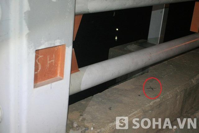 Vết sơn đen đánh dấu chéo được lưu lại trên thành cầu.