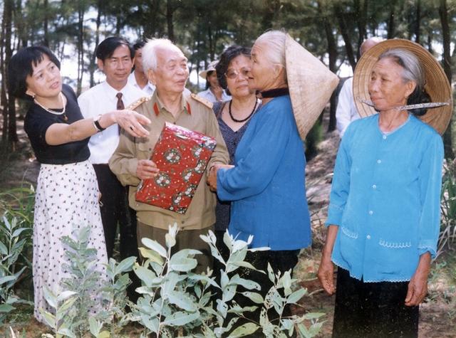 Đại tướng tặng quà cho Anh hùng lao động Phạm Thị Nghèng nhân dịp tới thăm vườn ươm cây giống.