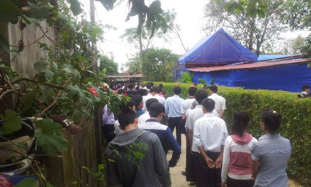 Dòng người nối dài trước cổng nhà Đại tướng.
