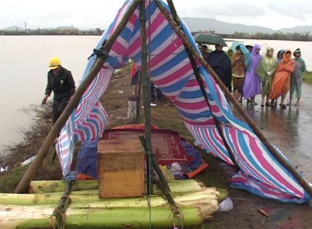 Anh Long được người dân địa phương đưa vào và làm lán trại bên đường…