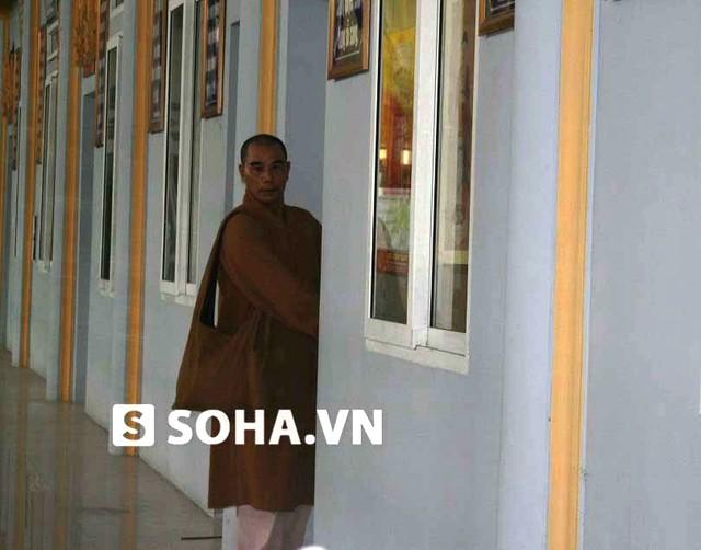 Tì kheo Thích Long Tịnh tại cửa phòng của mình ở chùa Cao Linh (An Dương, Hải Phòng).