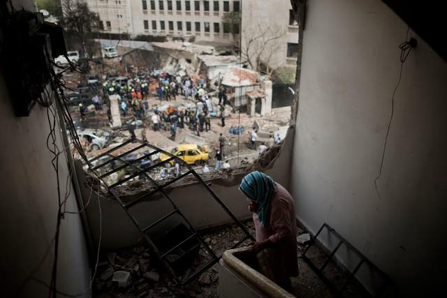 Một người phụ nữ Syria lặng lẽ trong ngôi nhà bị bom đạn phá nát