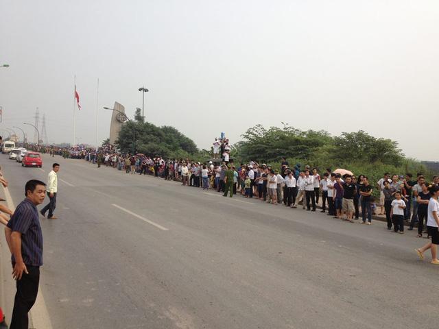 Người dân đứng 2 bên cầu Thăng Long chờ tiễn biệt Đại tướng.