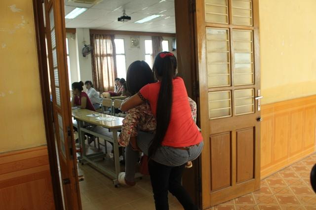 Người nhà, tình nguyện viên cõng thí sinh bị tai nạn vào phòng thi