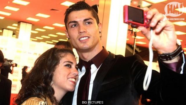 Cris Ronaldo luôn được các cô gái vây quanh