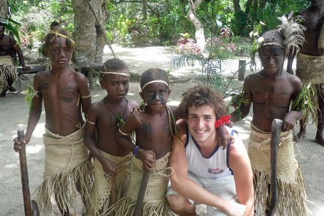 Chàng trai trẻ cùng trẻ em tại Vanuatu .