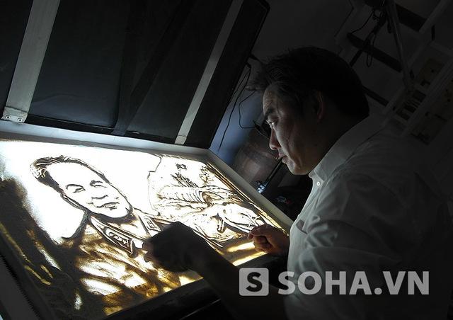 Họa sĩ Trí Đức vẽ bức tranh cát dâng tặng Đại tướng Võ Nguyên Giáp theo lời đề nghị của Báo Trí Thức Trẻ. Ảnh: Dương Cầm.