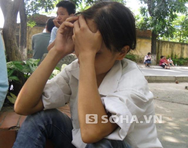 Chị Nguyễn Thị Thao (mẹ 3 cháu bé) đang túc trực ở viện để nghe ngóng thông tin các con