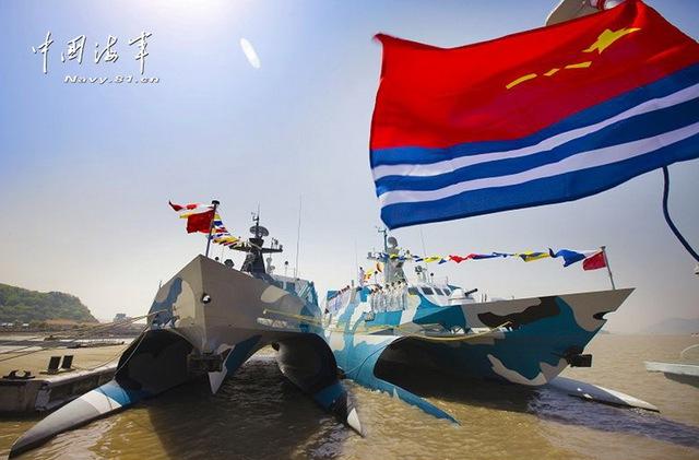Xem tàu ba thân tàng hình Type-022 của TQ phóng tên lửa