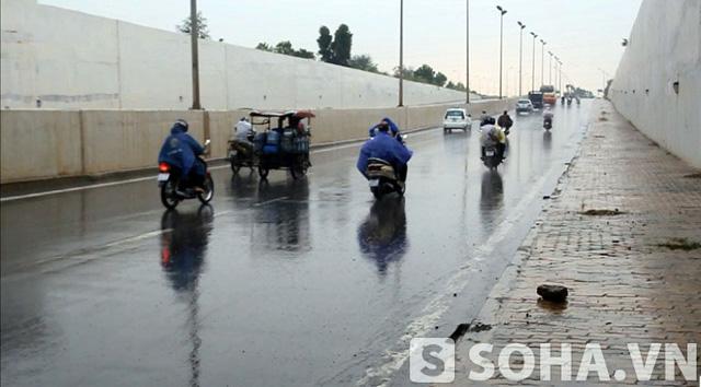 Sau khi mưa tạnh, các phương tiện mới tiếp tục đi và tình trạng này chấm dứt.