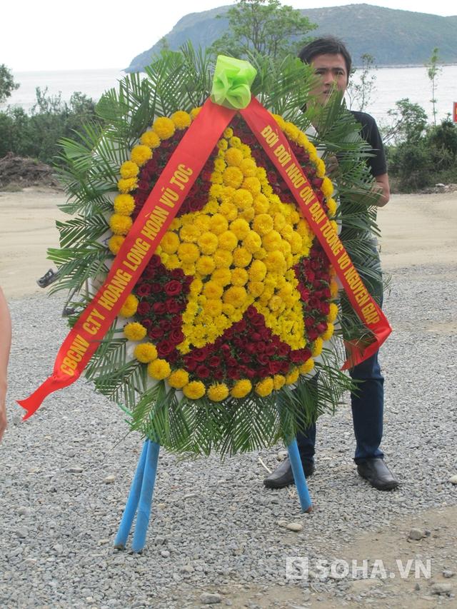 Đúng 14h khu mộ Đại tướng mở cửa, người dân lại mang vòng hoa vào kính viếng.