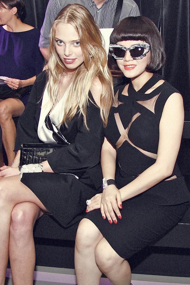 Lý Nhã Kỳ ngồi cạnh Siêu mẫu Nga TatianaDziahileva.