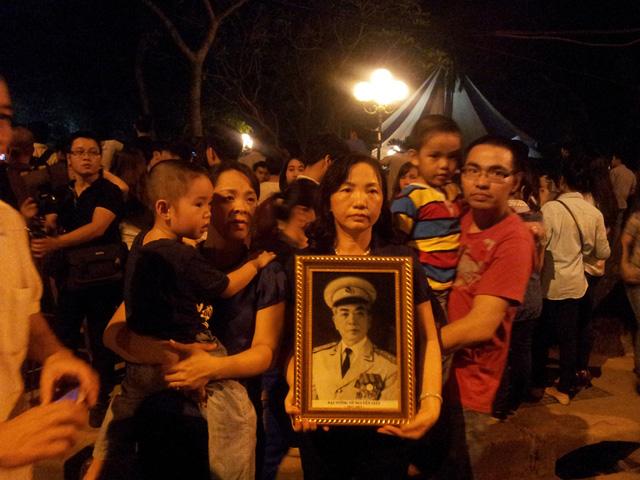 Cùng gia đình chụp ảnh lưu niệm với Di ảnh Đại tướng!