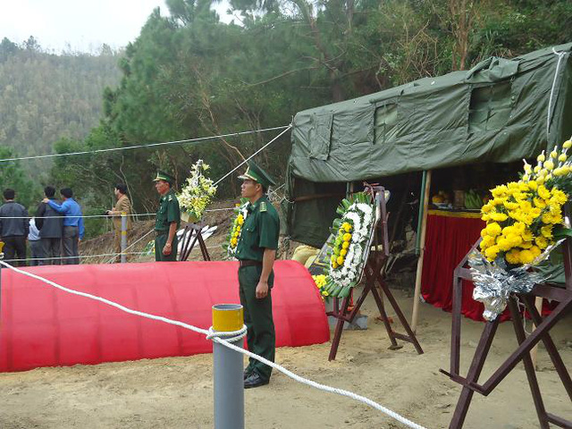 Bên phần mộ Đại tướng luôn có hai chiến sỹ biên phòng đứng nghiêm trang