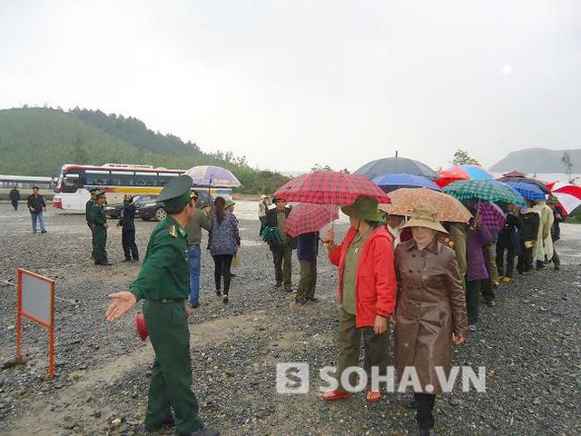 Sau khi đăng ký xong, có một chiến sỹ biên phòng sắp xếp thành hai hàng dọc để bắt đầu đi lên khu vực mộ Đại tướng