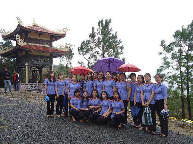 Đoàn nữ công Viện kiểm sát nhân dân tỉnh Quảng Bình chụp ảnh lưu niệm tại Tháp Chuông- Mũi Rồng, nơi an nghỉ của Đại tướng.