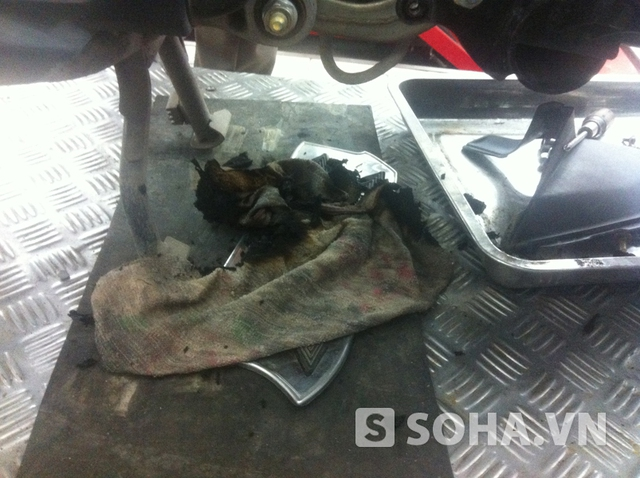 Chiếc giẻ cháy rụi trong gầm xe Air Blade của chị Lâm.