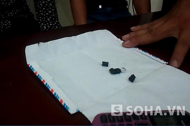 Năm viên ma túy tổng hợp trong túi quần của Thư.