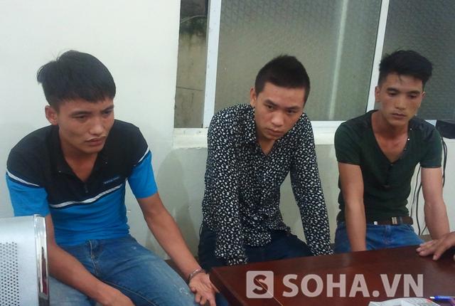 Vương Văn Thư (giữa), Nghĩa (áo xanh) và Cảnh tại cơ quan công an.