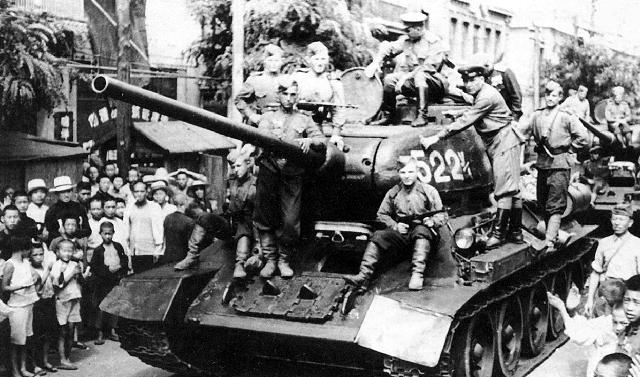 T-34/85 cùng các chiến sĩ Hồng quân giải phóng Châu Âu