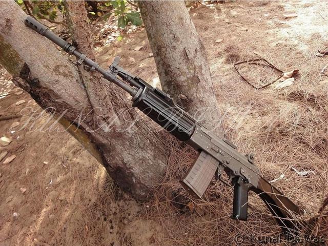 Những hình ảnh mới được truyền thông Trung Quốc công bố cho thấy Ấn Độ đã hoàn thành thử nghiệm với mẫu súng trường tấn công mới INSAS 1B1 và bắt đầu trang bị đại trà trong quân đội.
