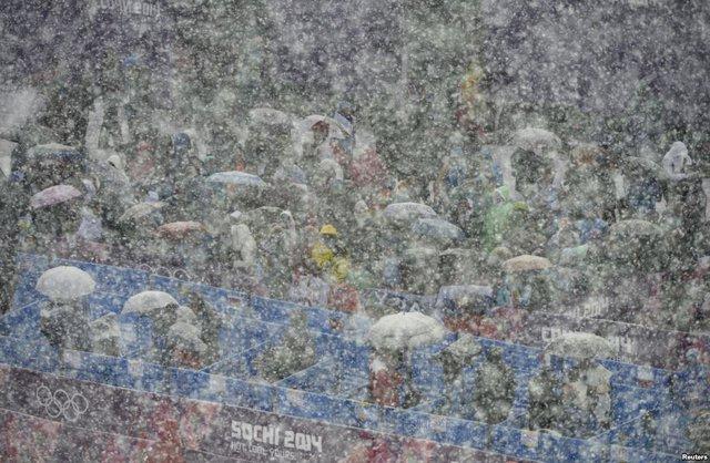 Khán giả đứng dưới tuyết khi xem môn trượt tuyết tại Olympic mùa đông 2014 tại Sochi, Nga.
