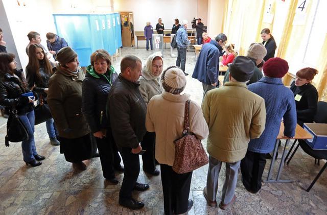 Mọi người xếp hàng nhận phiếu bầu trong cuộc trưng cầu dân ý về tương lai của Crimea tại một điểm bỏ phiếu ở thành phố Simferopol.