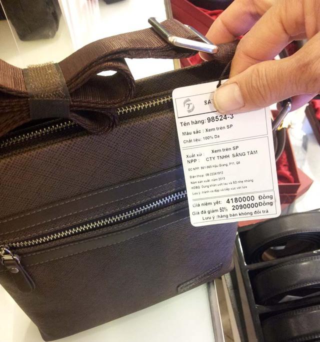 Dù giảm tới 50% nhưng chiếc túi xách này vẫn còn giá lên tới hơn 2 triệu đồng, quá cao so với mức thu nhập của một bộ phận người dân Việt Nam.