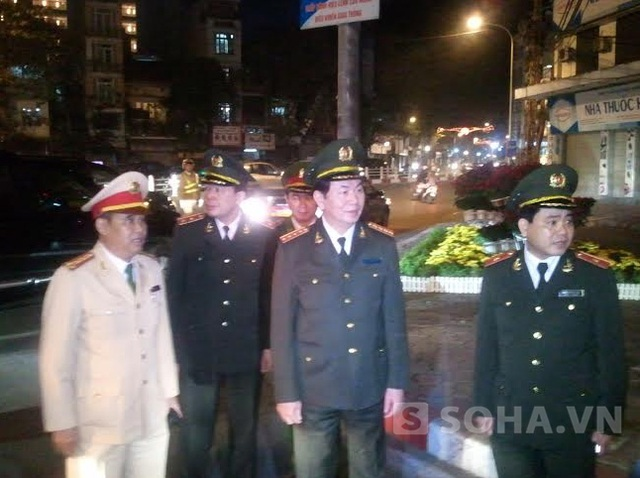 Thiếu tướng Nguyễn Đức Chung, Đại tá Đào Vịnh Thắng báo cáo bộ trưởng về tình hình ứng trực đêm giao thừa của CATP