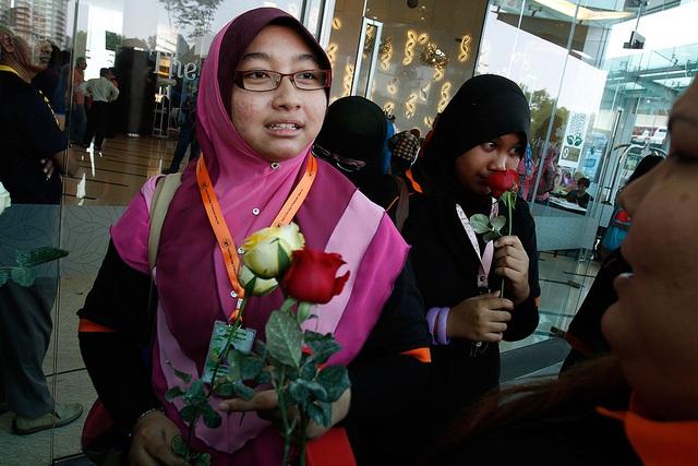 Các thành viên của một nhóm thanh niên phát hoa và động viên những người thân của hành khách trên chuyến bay mang số hiệu Flight MH370 của hãng hàng không Malaysia Airlines tại khách sạn Everley ở Kuala Lumpur.