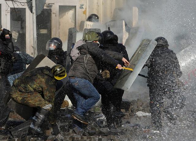 Người biểu tình đụng độ với cảnh sát chống bạo động ở Kiev, Ukraine.